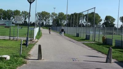 Het naamloze pad tussen de sportvelden